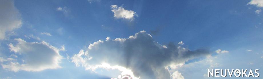 Kuvituskuva: sininen taivas, muutamia pilviä. Pilvien takaa näkyy loistavat auringonsäteet.